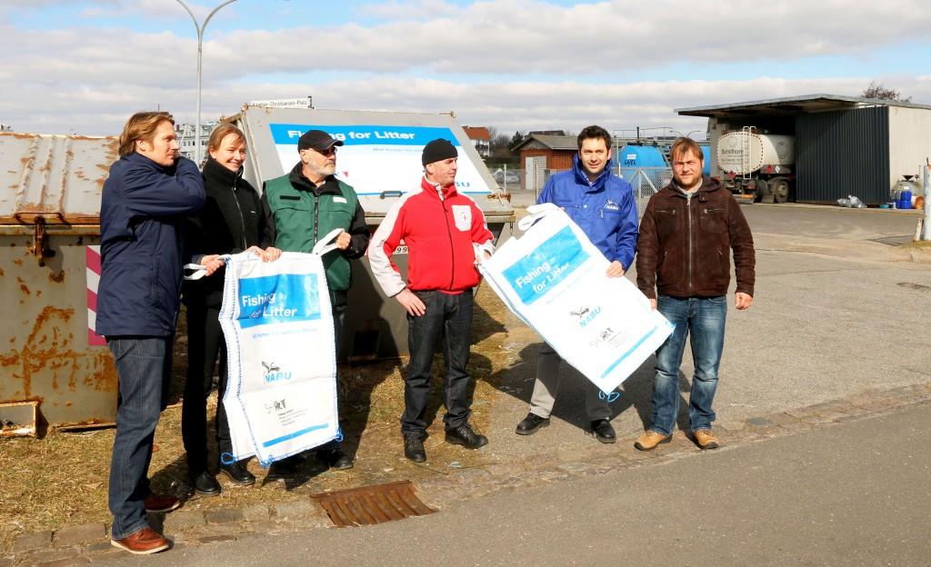 """Die Projektpartner von Fishing for Litter beim gemeinsamen """"Startschuss"""" an der Westküste Schleswig-Holsteins - Foto: NABU/G. Fischer"""