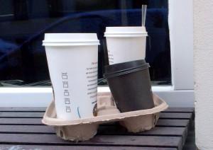 Ob Pappe, Plastik oder Materialmix: Wegwerfbecher sind überflüssiger Müll. - Foto: NABU/ Katharina Istel