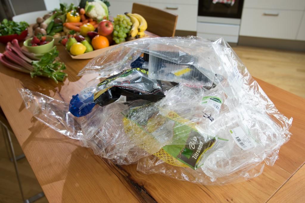 Ein Einkauf im Supermarkt hinterlässt oftmals einen großen Berg an Verpackungsmüll. Foto: NABU/S. Hennigs