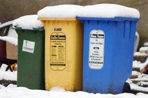 Mülltonnen im Schnee.