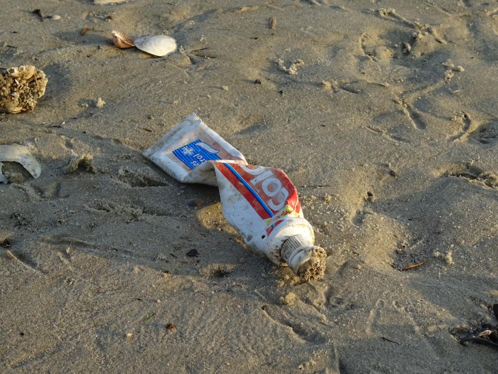 Zahnpaste am Strand - wie die wohl dort hingekommen ist?