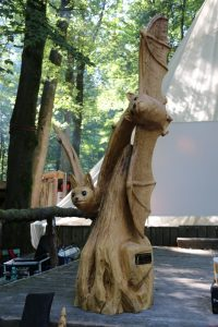 """Kettensägenkünstler """"Crazy George"""" erschuf für eindrucksvolle Fledermausskulpturen aus Holz"""