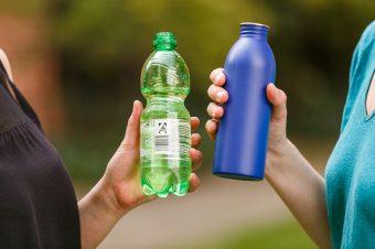 Mehrweg- und Einweg-Trinflasche
