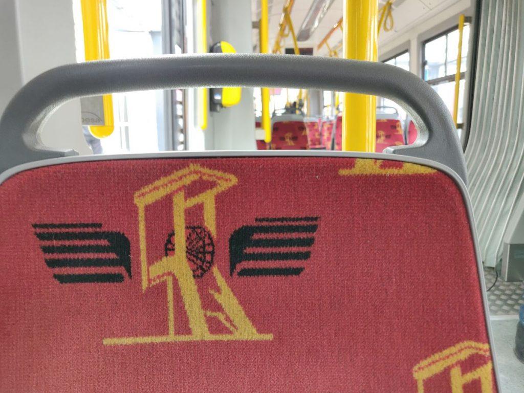 Das Polster in der Straßenbahn ziert ein Kohleförderturm.