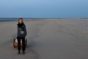 Vogelwartin Anne de Walmont am Strand der Vogelinsel Trischen. Foto: Lukas Terwitte