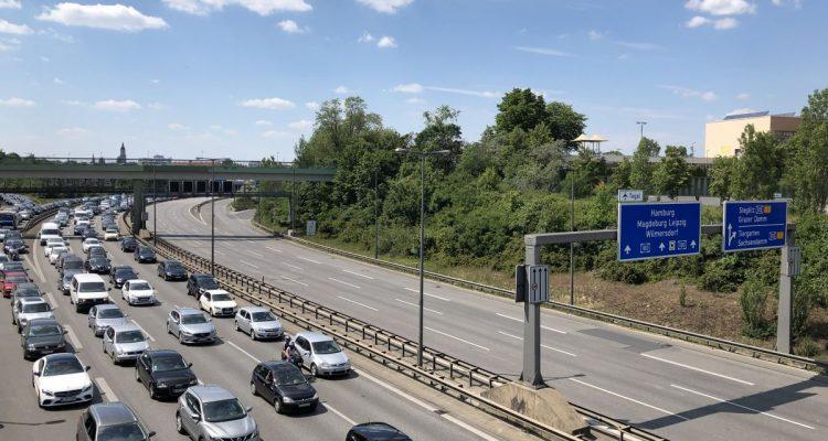 Irrweg auf der Straße: Verbrennungsmotor und synthetische Kraftstoffe sind nicht die Zukunft