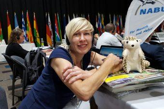 Claudia Praxmayer mit Plüsch-Pangolin