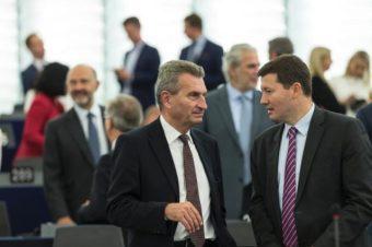 Martin Selmayr im Gespräch mit dem deutschen Kommissar für digitale Wirtschaft und Gesellschaft (zukünftig: EU-Haushaltskommissar) Günther Oettinger. Foto: European Union 2016 Source: EC-Audiovisual-Service Photo: Jean-François Badias