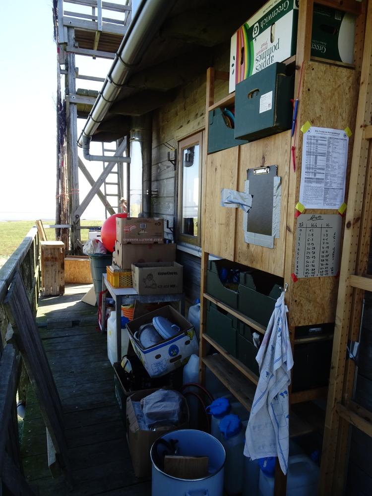 Der Boden der Hütte muss komplett frei sein - die Möbel und sämtliche Gegenstände wurden auf die vier Seiten des Umlaufs verteilt.